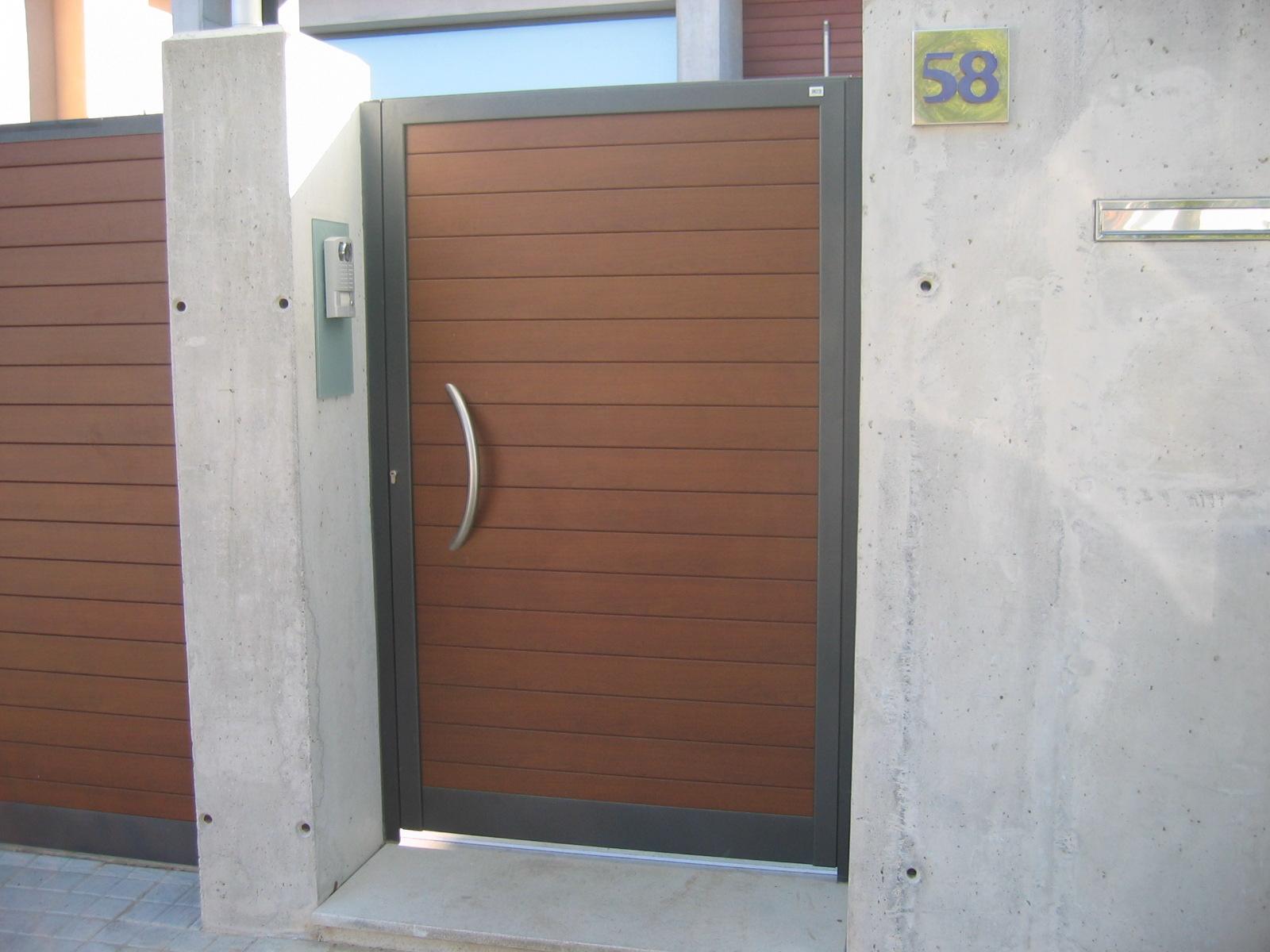 Ancesa puerta de aluminio para la entrada del jard n for Puerta entrada aluminio